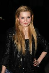http://img249.imagevenue.com/loc520/th_139577865_AbigailBreslin_VanityFairParty_TribecaFF_270411_027_122_520lo.jpg