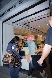 Ники Минаж, фото 141. Nicki Minaj and a friend out shopping in Beverly Hills 2-10-12, foto 141